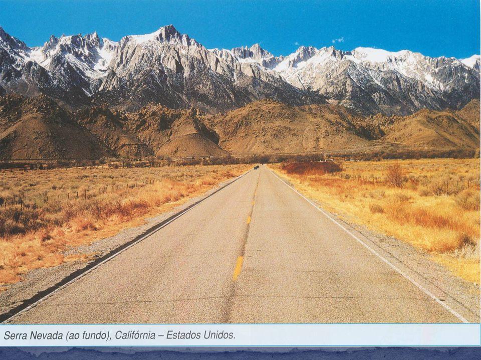 Entre as cadeias de montanhas ocidentais e os planaltos do leste, o continente americano apresenta grandes planícies centrais.