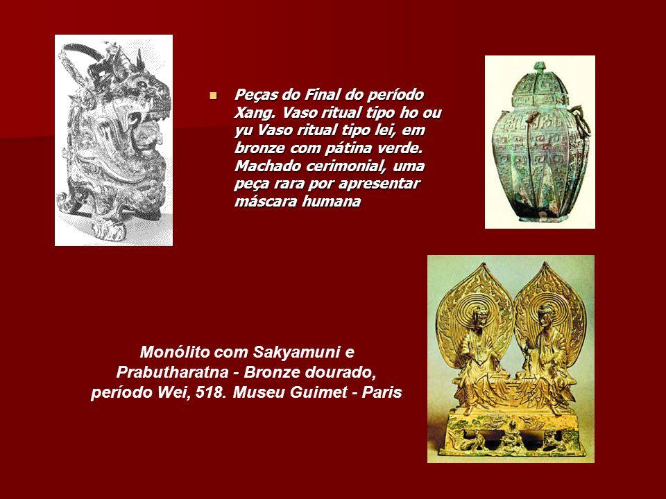 Peças do Final do período Xang. Vaso ritual tipo ho ou yu Vaso ritual tipo lei, em bronze com pátina verde. Machado cerimonial, uma peça rara por apre