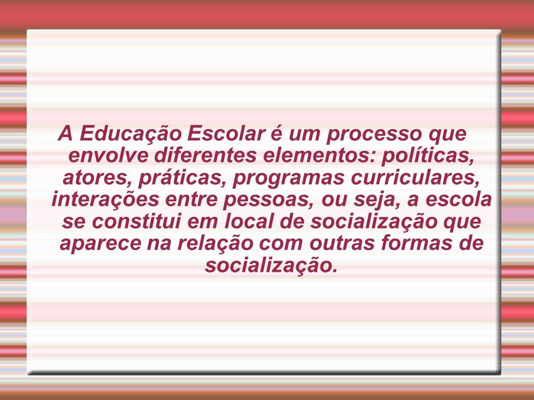 A Educação Escolar é um processo que envolve diferentes elementos: políticas, atores, práticas, programas curriculares, interações entre pessoas, ou s
