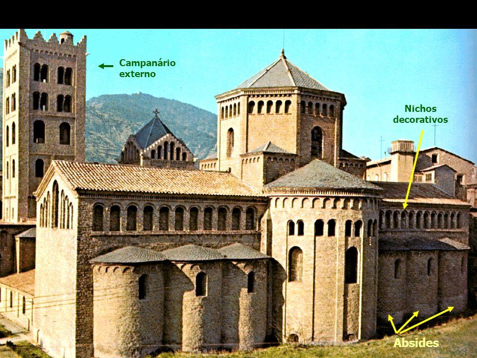 Igreja de Santa Maria Ripolli, Gerona, 1312 - Itália Campanário externo Absides Nichos decorativos