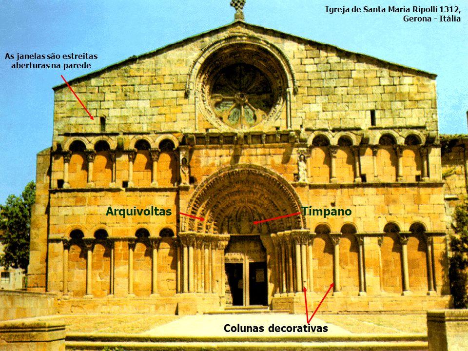 ArquivoltasTímpano Colunas decorativas As janelas são estreitas aberturas na parede Igreja de Santa Maria Ripolli 1312, Gerona - Itália