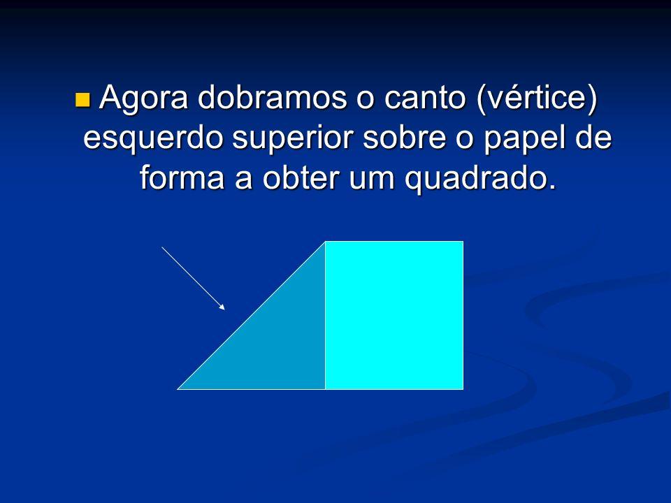 Agora dobramos o canto (vértice) esquerdo superior sobre o papel de forma a obter um quadrado. Agora dobramos o canto (vértice) esquerdo superior sobr