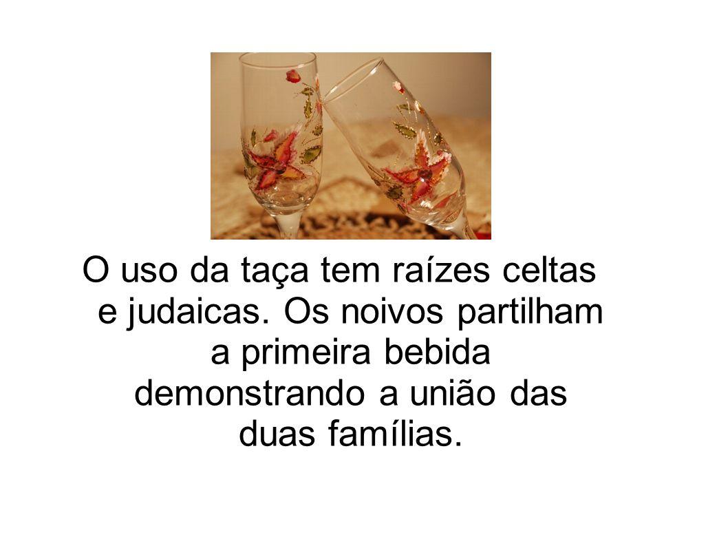O uso da taça tem raízes celtas e judaicas. Os noivos partilham a primeira bebida demonstrando a união das duas famílias.