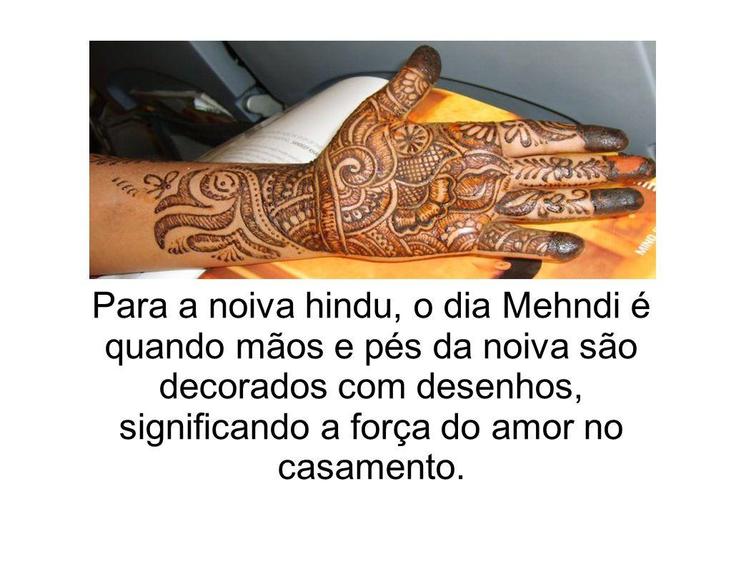 Para a noiva hindu, o dia Mehndi é quando mãos e pés da noiva são decorados com desenhos, significando a força do amor no casamento.
