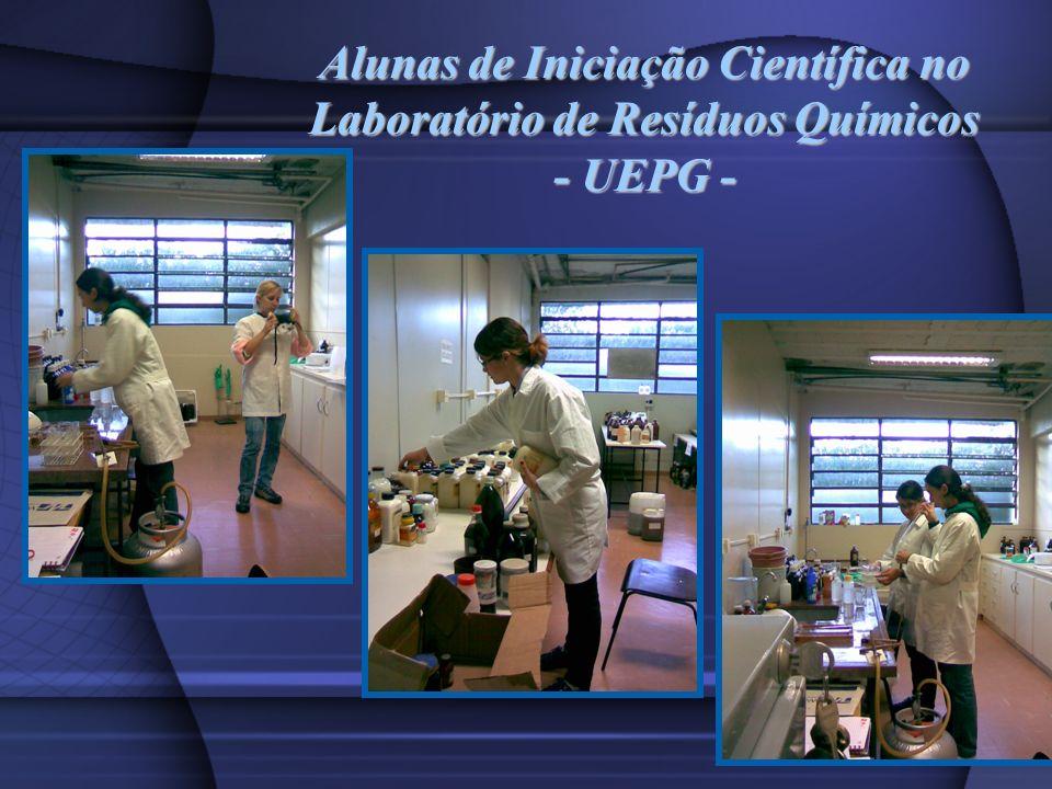 Alunas de Iniciação Científica no Laboratório de Resíduos Químicos - UEPG -