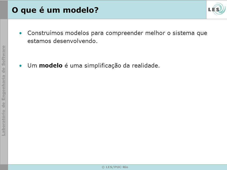 © LES/PUC-Rio O que é um modelo? Construímos modelos para compreender melhor o sistema que estamos desenvolvendo. Um modelo é uma simplificação da rea