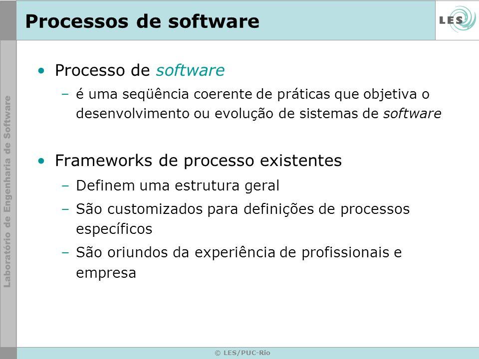 © LES/PUC-Rio Processos de software Processo de software –é uma seqüência coerente de práticas que objetiva o desenvolvimento ou evolução de sistemas