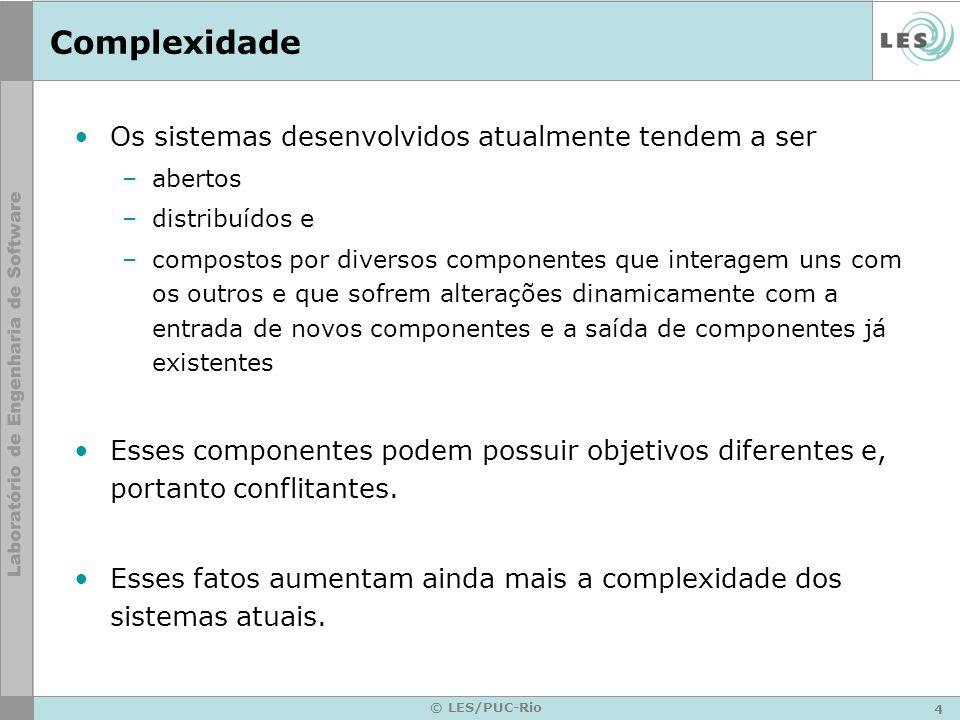 4 © LES/PUC-Rio Complexidade Os sistemas desenvolvidos atualmente tendem a ser –abertos –distribuídos e –compostos por diversos componentes que intera