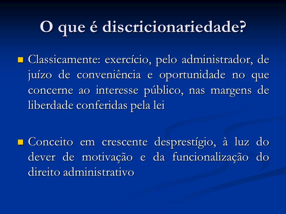 Discricionariedade e vinculação Na vinculação, todos os elementos do ato administrativo já estão definidos na lei Na vinculação, todos os elementos do ato administrativo já estão definidos na lei Na discricionariedade, há espaço para juízo de valor pelo Administrador (mérito do ato administrativo) Na discricionariedade, há espaço para juízo de valor pelo Administrador (mérito do ato administrativo) Decisão é subjetiva, nos limites da lei, e não pode ser revista pelo PJ Decisão é subjetiva, nos limites da lei, e não pode ser revista pelo PJ