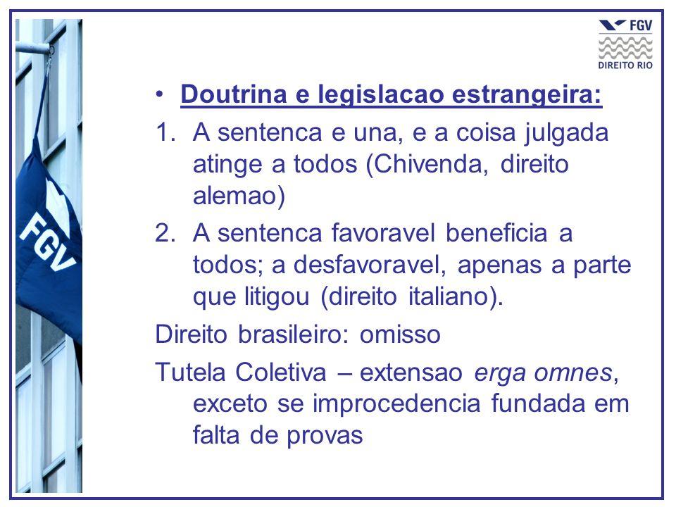 Doutrina e legislacao estrangeira: 1.A sentenca e una, e a coisa julgada atinge a todos (Chivenda, direito alemao) 2.A sentenca favoravel beneficia a