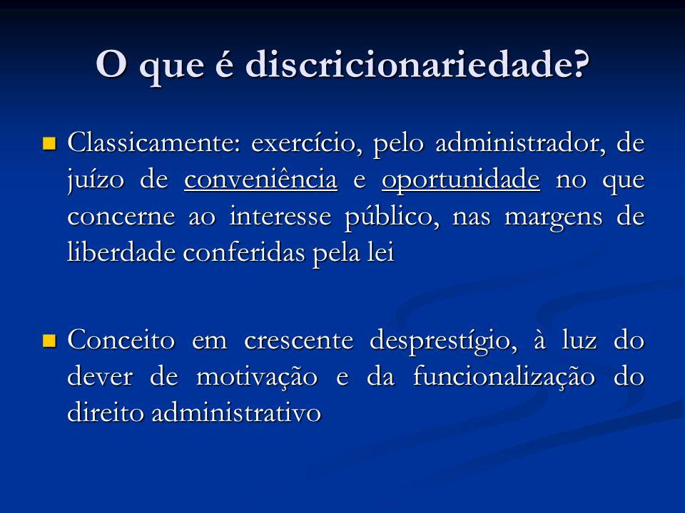 O que é discricionariedade? Classicamente: exercício, pelo administrador, de juízo de conveniência e oportunidade no que concerne ao interesse público
