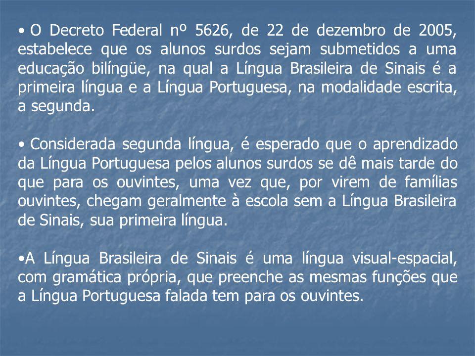 O Decreto Federal nº 5626, de 22 de dezembro de 2005, estabelece que os alunos surdos sejam submetidos a uma educação bilíngüe, na qual a Língua Brasi