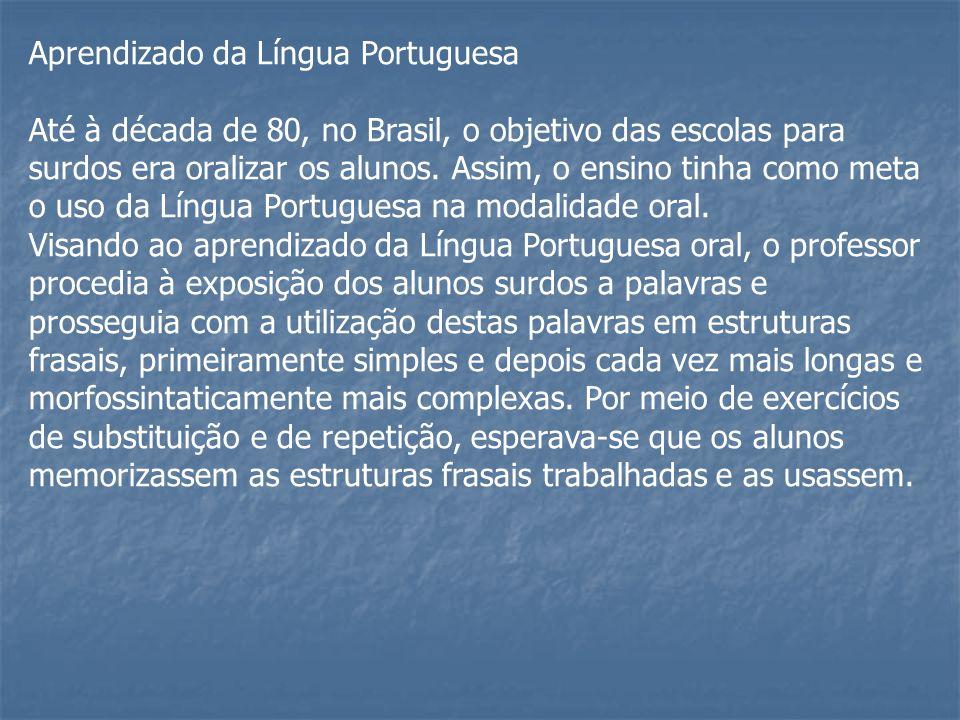 Aprendizado da Língua Portuguesa Até à década de 80, no Brasil, o objetivo das escolas para surdos era oralizar os alunos. Assim, o ensino tinha como
