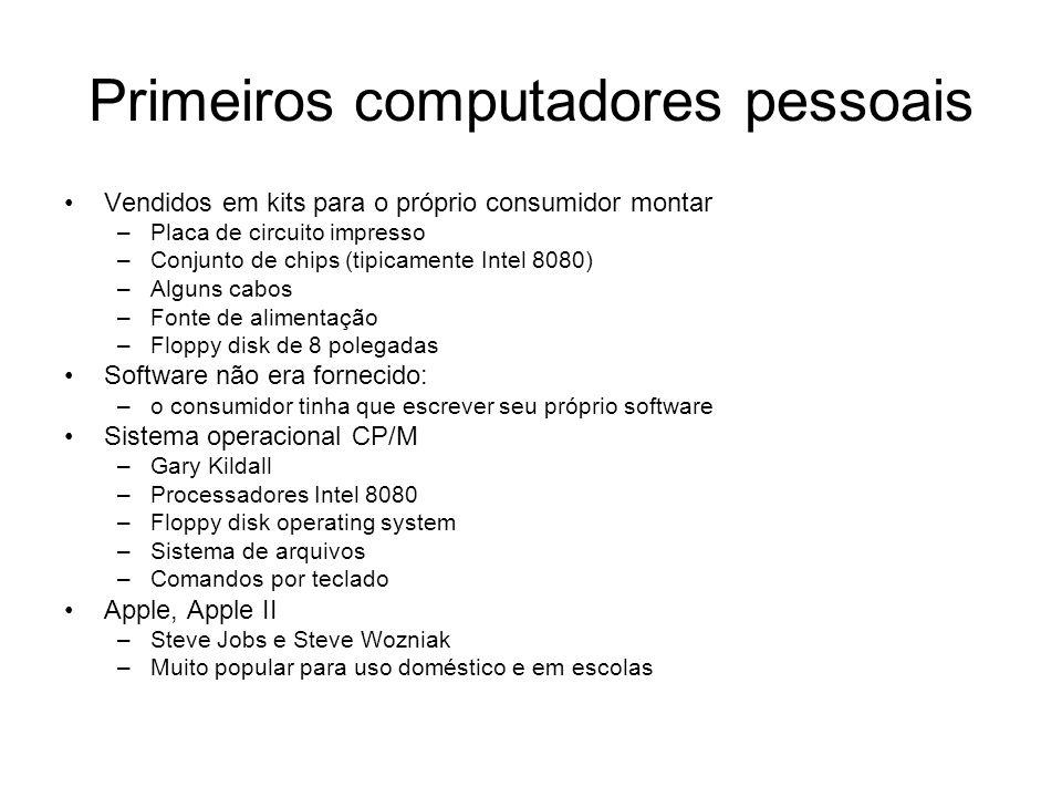 Primeiros computadores pessoais Vendidos em kits para o próprio consumidor montar –Placa de circuito impresso –Conjunto de chips (tipicamente Intel 80