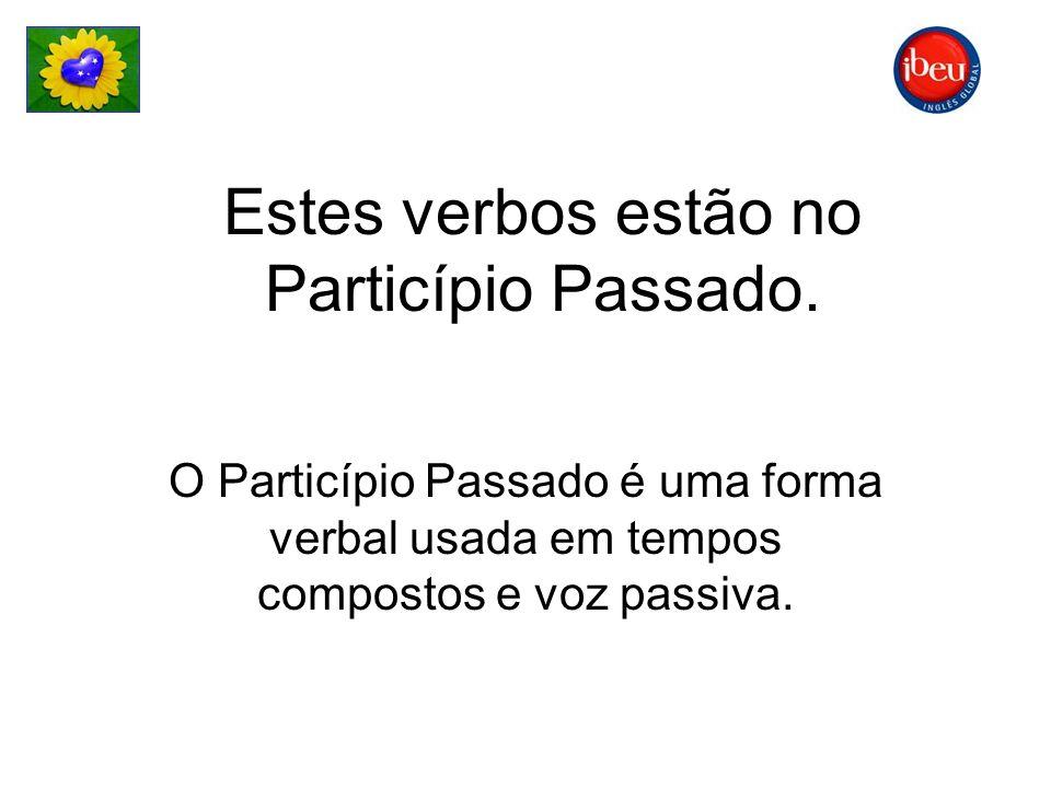 Estes verbos estão no Particípio Passado. O Particípio Passado é uma forma verbal usada em tempos compostos e voz passiva.