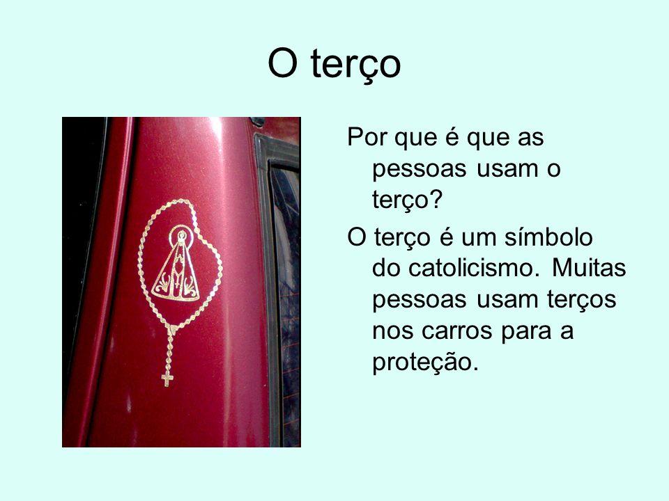 O terço Por que é que as pessoas usam o terço? O terço é um símbolo do catolicismo. Muitas pessoas usam terços nos carros para a proteção.