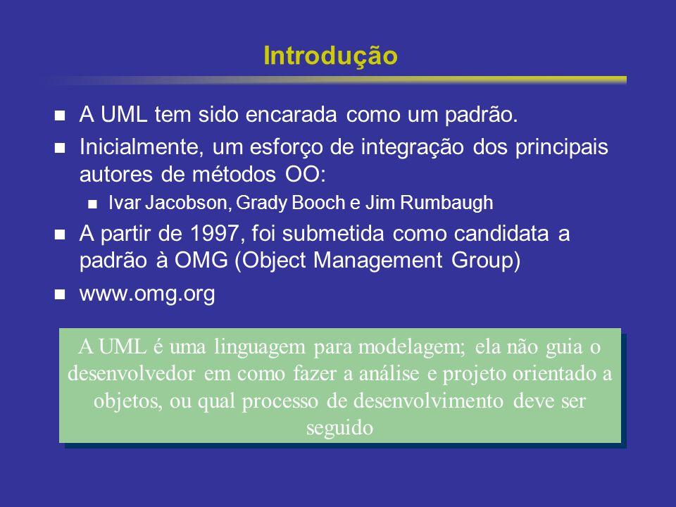 3 Introdução A UML tem sido encarada como um padrão. Inicialmente, um esforço de integração dos principais autores de métodos OO: Ivar Jacobson, Grady