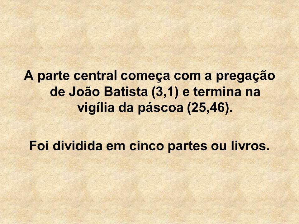 A parte central começa com a pregação de João Batista (3,1) e termina na vigília da páscoa (25,46). Foi dividida em cinco partes ou livros.