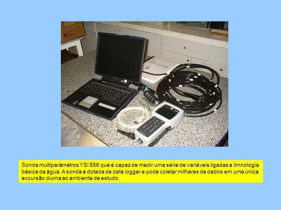 Sonda multiparâmetros YSI 556 que é capaz de medir uma série de variáveis ligadas a limnologia básica da água. A sonda é dotada de data logger e pode