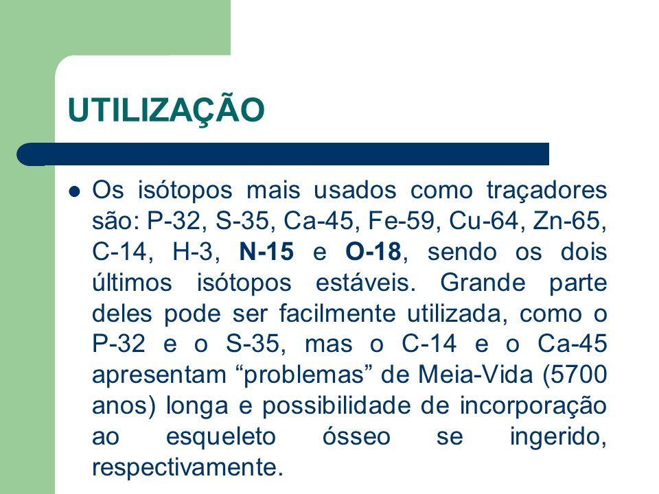 Os isótopos mais usados como traçadores são: P-32, S-35, Ca-45, Fe-59, Cu-64, Zn-65, C-14, H-3, N-15 e O-18, sendo os dois últimos isótopos estáveis.