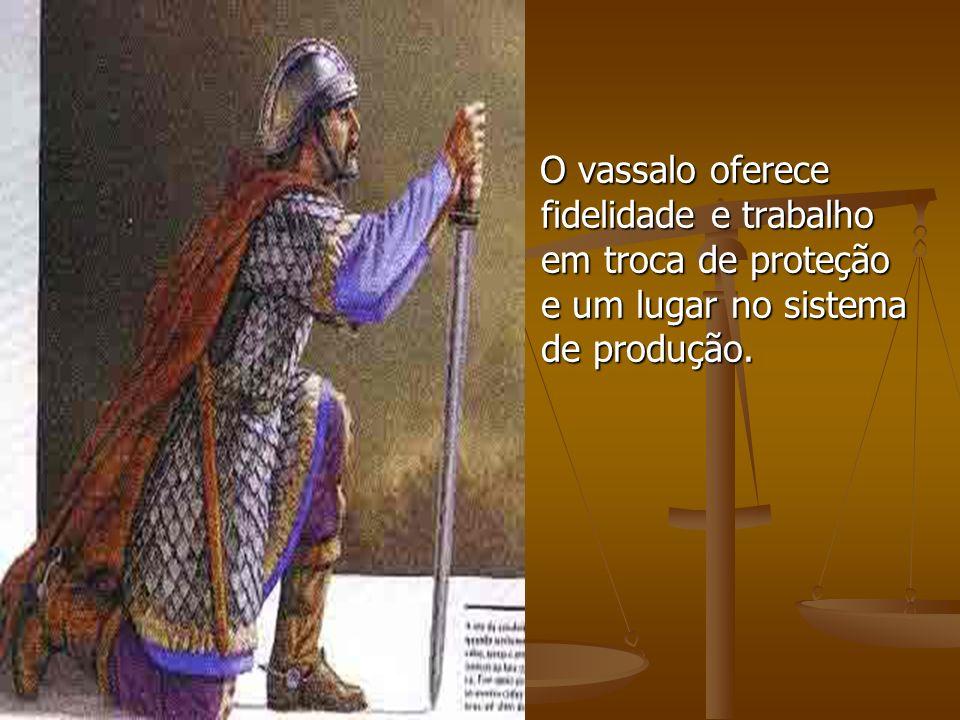 O vassalo oferece fidelidade e trabalho em troca de proteção e um lugar no sistema de produção. O vassalo oferece fidelidade e trabalho em troca de pr