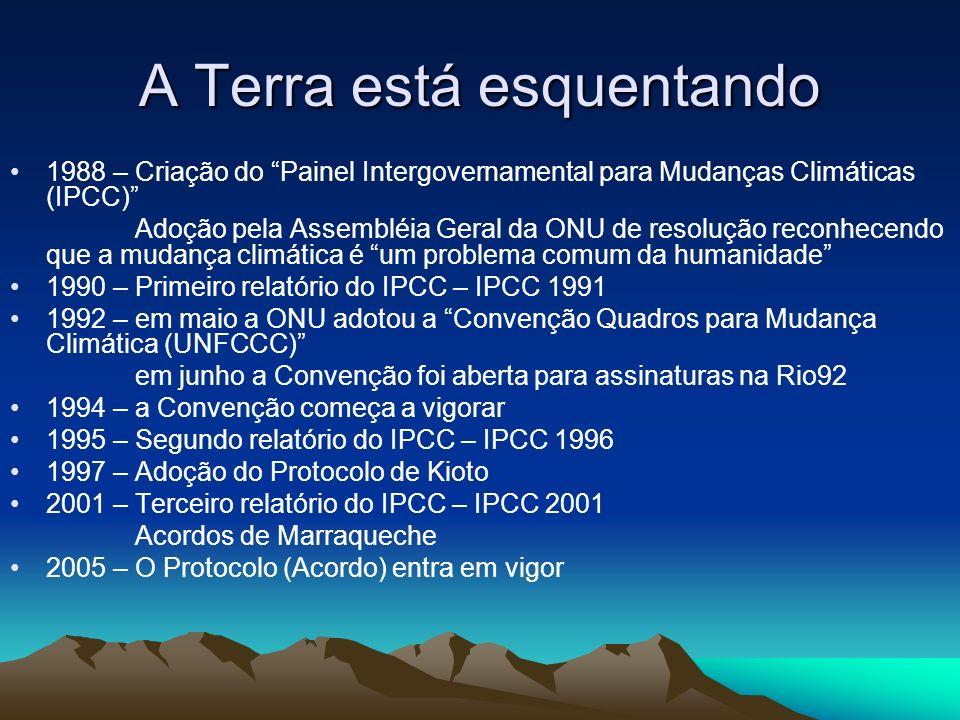 A Terra está esquentando 1988 – Criação do Painel Intergovernamental para Mudanças Climáticas (IPCC) Adoção pela Assembléia Geral da ONU de resolução reconhecendo que a mudança climática é um problema comum da humanidade 1990 – Primeiro relatório do IPCC – IPCC 1991 1992 – em maio a ONU adotou a Convenção Quadros para Mudança Climática (UNFCCC) em junho a Convenção foi aberta para assinaturas na Rio92 1994 – a Convenção começa a vigorar 1995 – Segundo relatório do IPCC – IPCC 1996 1997 – Adoção do Protocolo de Kioto 2001 – Terceiro relatório do IPCC – IPCC 2001 Acordos de Marraqueche 2005 – O Protocolo (Acordo) entra em vigor