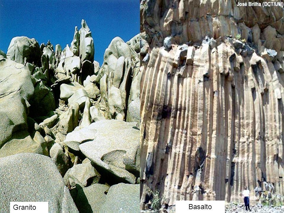 Rochas São agregados naturais, multigranulares, formados por um ou mais minerais e/ou mineralóides. Existem três tipos de rochas: Ígneas ou Magmáticas