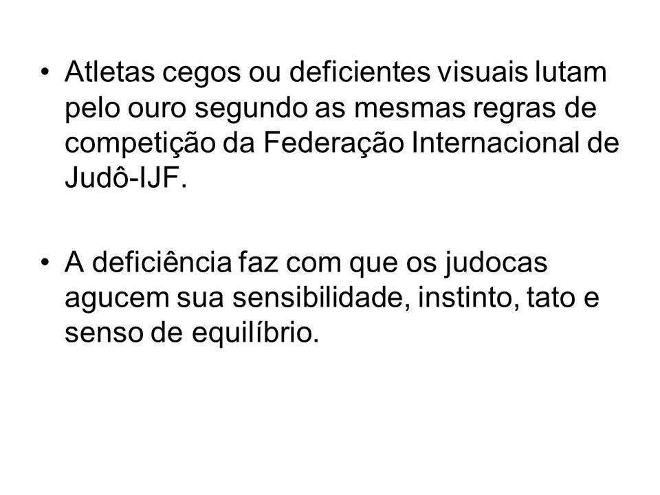 Atletas cegos ou deficientes visuais lutam pelo ouro segundo as mesmas regras de competição da Federação Internacional de Judô-IJF. A deficiência faz