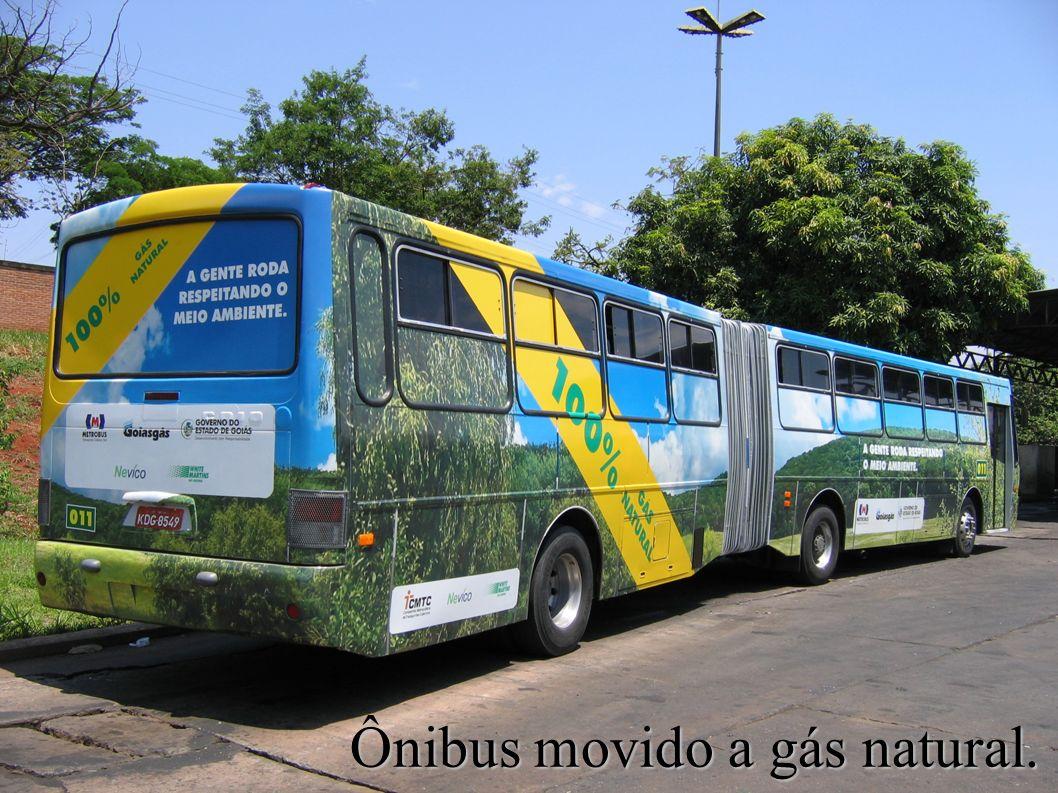 Ônibus movido a gás natural.