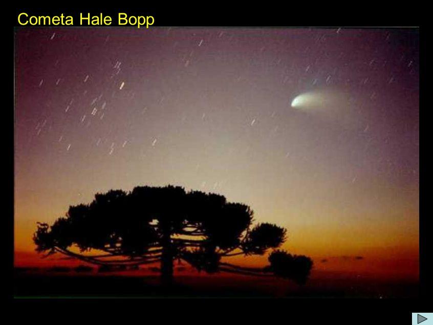 Comentário: O Hale-Bopp tem uma órbita elíptica com período de aproximadamente 4000 anos, mas os efeitos de jatos produzidos pela aproximação ao Sol reuziram o período para aproximadamente 2380 anos.