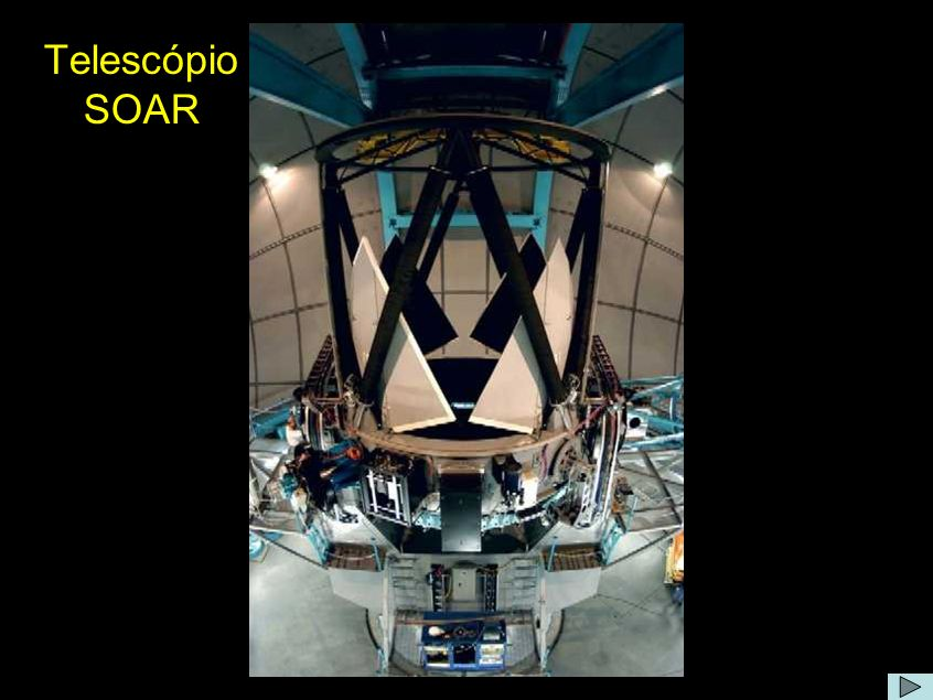 Comentário: O telescópio tem abertura de 4,1 metros, projetado para produzir imagens de qualidade melhor que as de qualquer outro observatório do mundo em sua categoria.