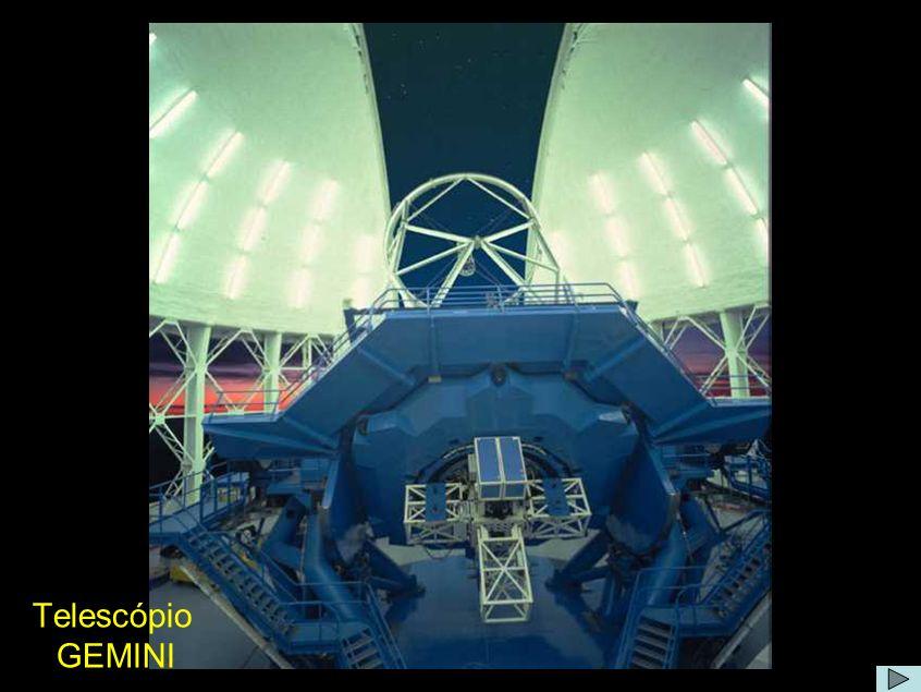 Comentário O projeto Gemini é um consórcio internacional operando dois telescópios de 8,1m, um em Mauna Kea (4220m - Havaí) e outro em Cerro Pachon (2720m - Chile).