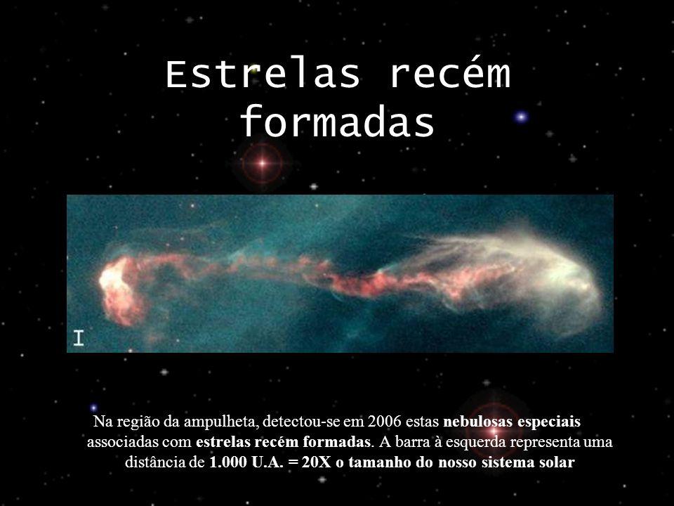 Estrelas recém formadas Na região da ampulheta, detectou-se em 2006 estas nebulosas especiais associadas com estrelas recém formadas. A barra à esquer