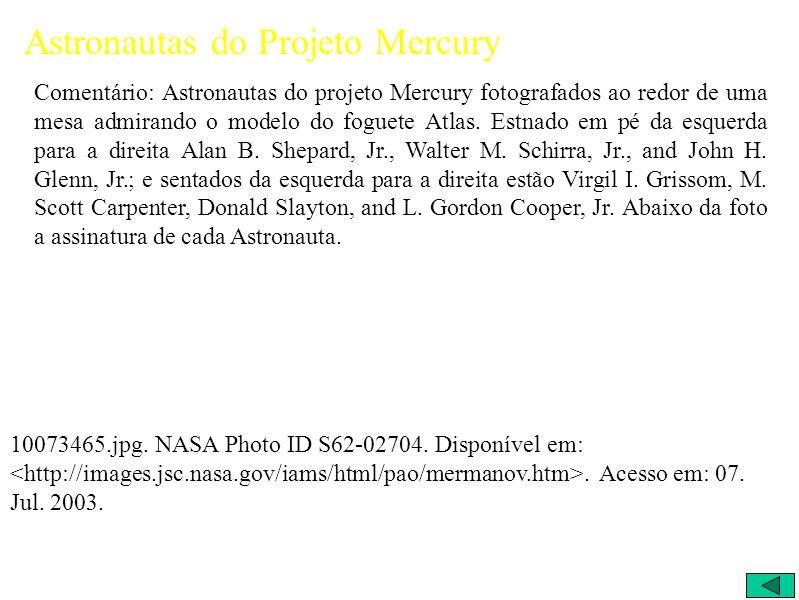 Astronautas do Projeto Mercury Comentário: Astronautas do projeto Mercury fotografados ao redor de uma mesa admirando o modelo do foguete Atlas.