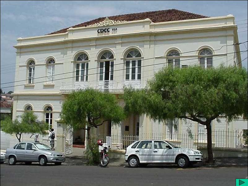 CDCC (1) O Centro de Divulgação Científica e Cultural (CDCC) pertence à Universidade de São Paulo e vincula-se à Pró-Reitoria de Cultura e Extensão Universitária, ao Instituto de Física de São Carlos e ao Instituto de Química de São Carlos.