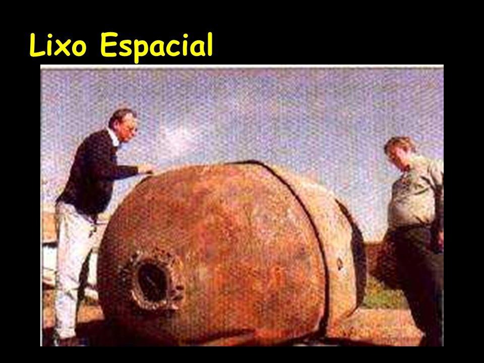 Mas bem mais preocupante é a queda de satélites portando substancias radioativas, como aconteceu com o Cosmos-954, um engenho militar soviético que caiu próximo ao lago dos Escravos, no Canadá, em janeiro de 79.