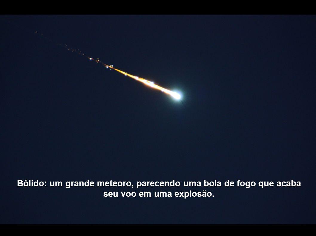 Bólido: um grande meteoro, parecendo uma bola de fogo que acaba seu voo em uma explosão.