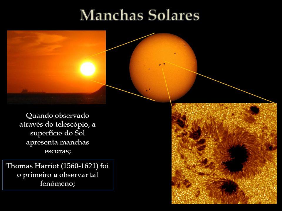 Quando observado através do telescópio, a superfície do Sol apresenta manchas escuras; Thomas Harriot (1560-1621) foi o primeiro a observar tal fenôme