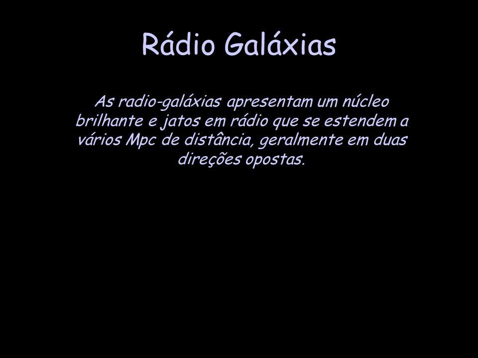 As radio-galáxias apresentam um núcleo brilhante e jatos em rádio que se estendem a vários Mpc de distância, geralmente em duas direções opostas.