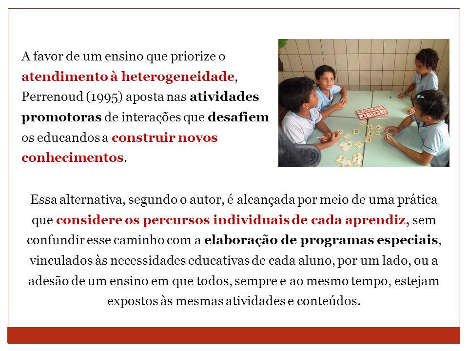 A favor de um ensino que priorize o atendimento à heterogeneidade, Perrenoud (1995) aposta nas atividades promotoras de interações que desafiem os edu