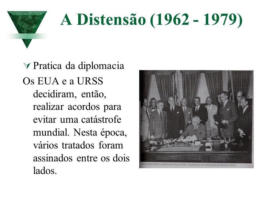A Distensão (1962 - 1979) Pratica da diplomacia Os EUA e a URSS decidiram, então, realizar acordos para evitar uma catástrofe mundial. Nesta época, vá