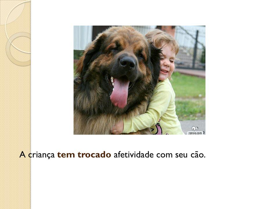 A criança tem trocado afetividade com seu cão.