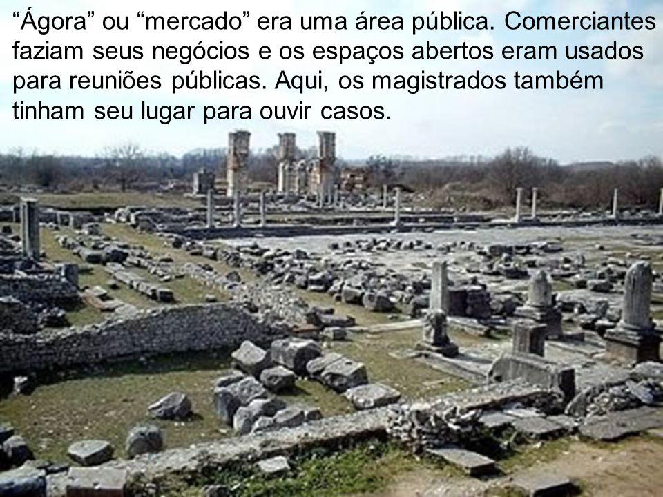 Ágora ou mercado era uma área pública. Comerciantes faziam seus negócios e os espaços abertos eram usados para reuniões públicas. Aqui, os magistrados