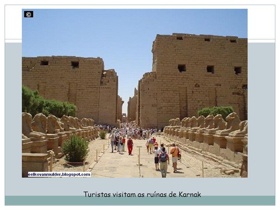 Turistas visitam as ruínas de Karnak