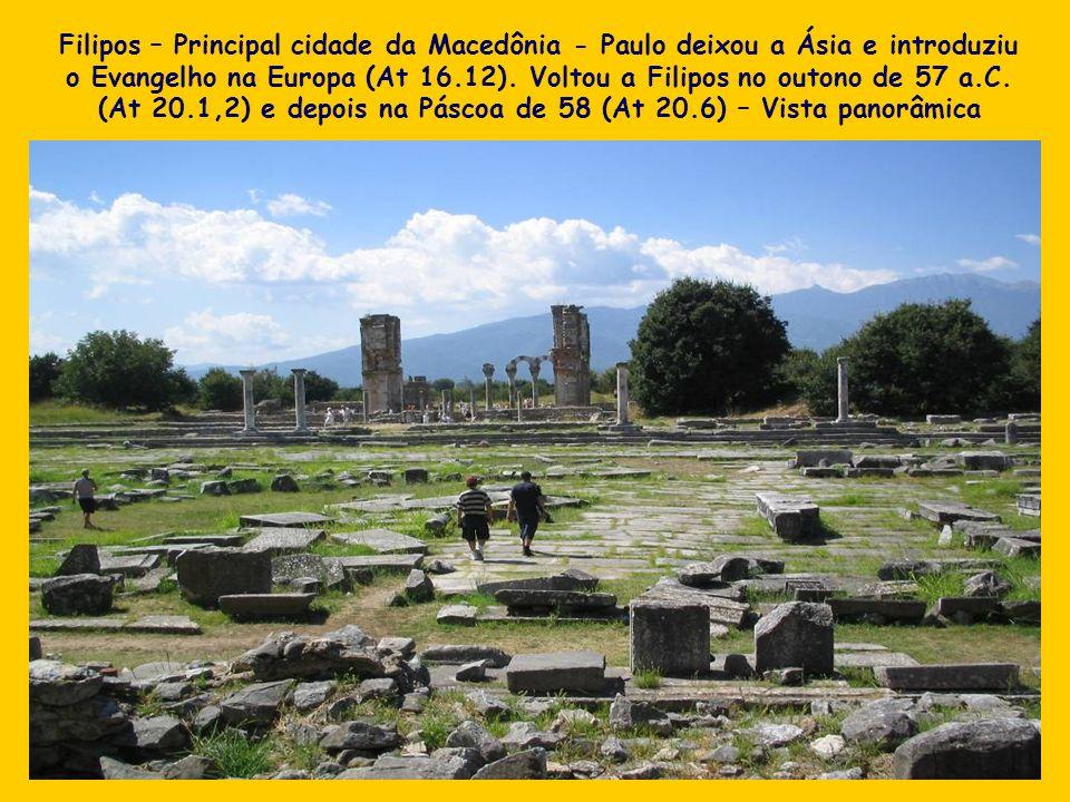 Filipos – Principal cidade da Macedônia - Paulo deixou a Ásia e introduziu o Evangelho na Europa (At 16.12). Voltou a Filipos no outono de 57 a.C. (At