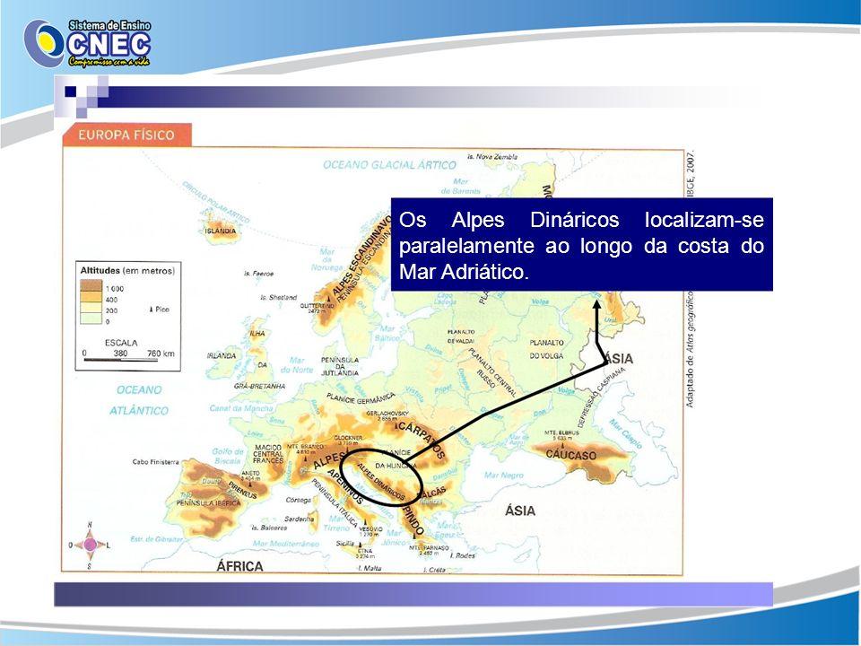 Os Alpes Dináricos localizam-se paralelamente ao longo da costa do Mar Adriático.