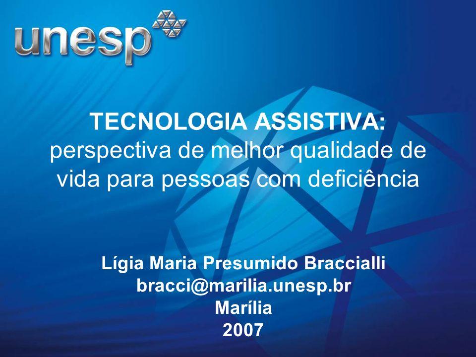 Os equipamentos de baixa tecnologia são confeccionados pelos próprios familiares e amigos do usuário ou por profissionais da fonoaudiologia, fisioterapia, terapia ocupacional, marceneiros.