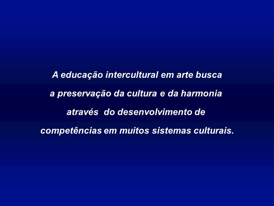 Esta postura é especialmente indicada para o ensino da arte, pois dá ênfase às manifestações artísticas de culturas as mais diversas, considerando suas visões de mundo e seus próprios conceitos de arte, sem descuidar do conhecimento e do domínio dos múltiplos códigos da arte, como acervo cultural de toda a humanidade.