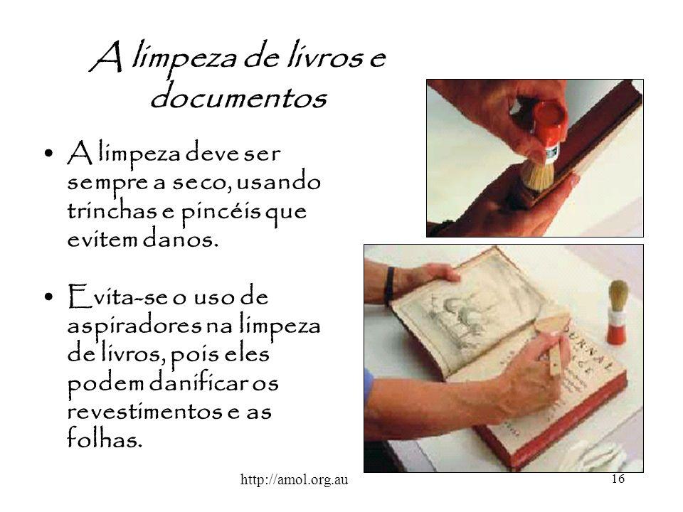 16 A limpeza de livros e documentos A limpeza deve ser sempre a seco, usando trinchas e pincéis que evitem danos. Evita-se o uso de aspiradores na lim