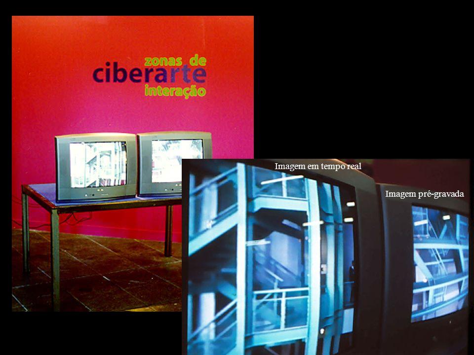 Monitor com imagem (invertida) captada por câmera panorâmica externa ao prédio.